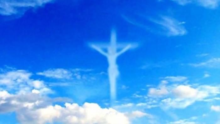 Bari. In cielo compare la croce di Gesù. La Foto che fa il giro del Mondo. 1